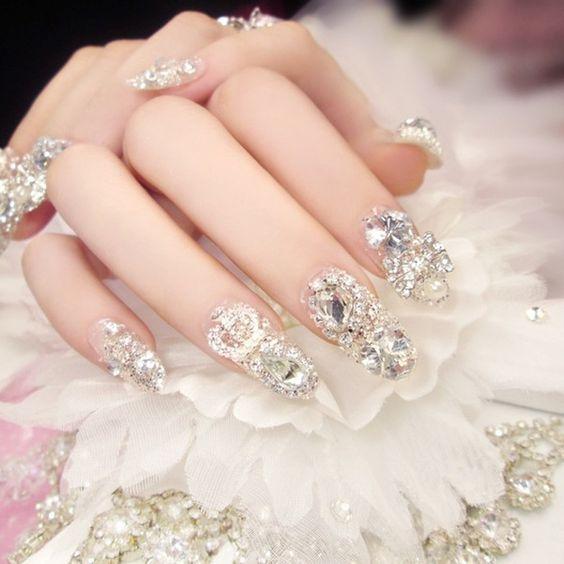 Manicura en tono blanco con piedras ;14 Manicuras estilo rococo para llenar tus uñas con piedritas
