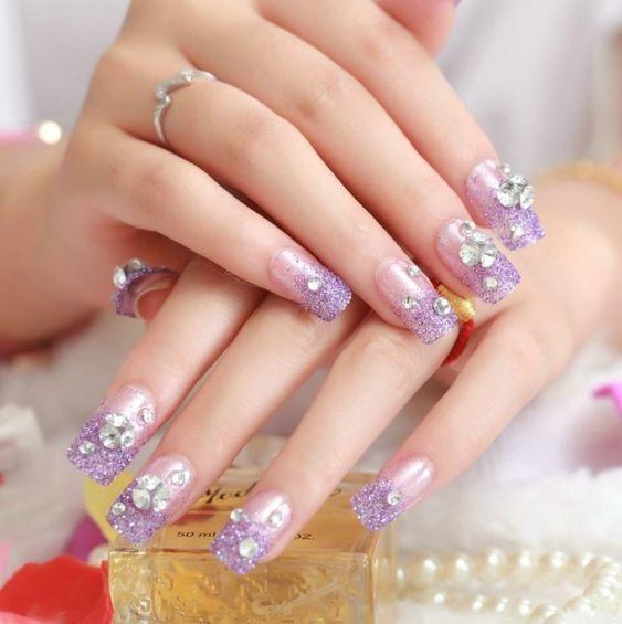 Manicura en tono lila ;14 Manicuras estilo rococo para llenar tus uñas con piedritas