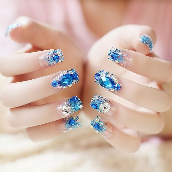 Manicura en tono agua marina ;14 Manicuras estilo rococo para llenar tus uñas con piedritas