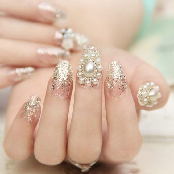 Manicura con perlas blancas ;14 Manicuras estilo rococo para llenar tus uñas con piedritas