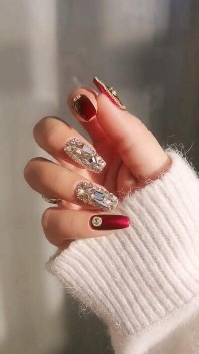 Manicura en rojo cereza ;14 Manicuras estilo rococo para llenar tus uñas con piedritas