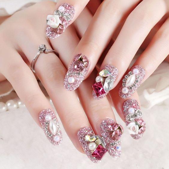 Manicura en tonos rosas ;14 Manicuras estilo rococo para llenar tus uñas con piedritas