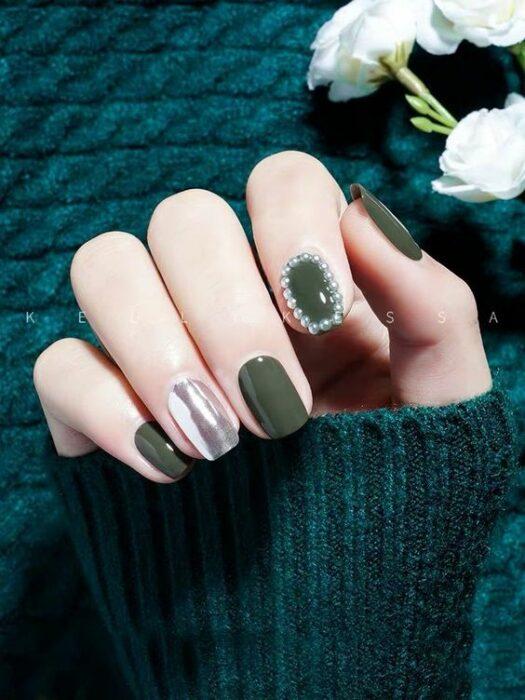 Manicura en verde soldado ;14 Manicuras estilo rococo para llenar tus uñas con piedritas