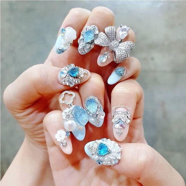 Manicura en azul cielo ;14 Manicuras estilo rococo para llenar tus uñas con piedritas