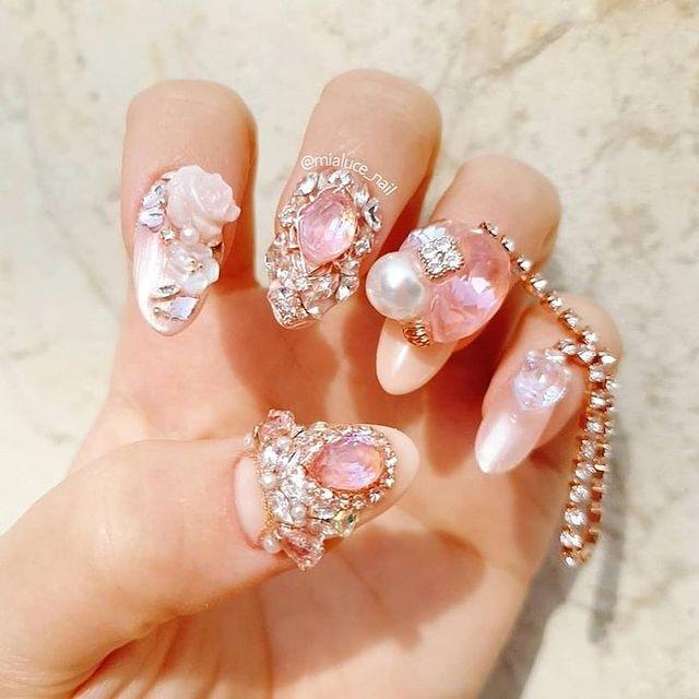 Manicura en rosa pastel ;14 Manicuras estilo rococo para llenar tus uñas con piedritas