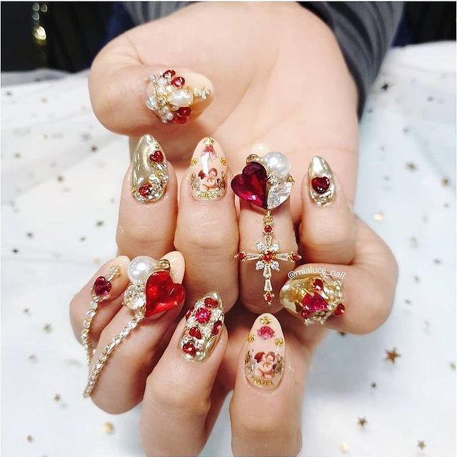 Manicura en tonso rojos ;14 Manicuras estilo rococo para llenar tus uñas con piedritas