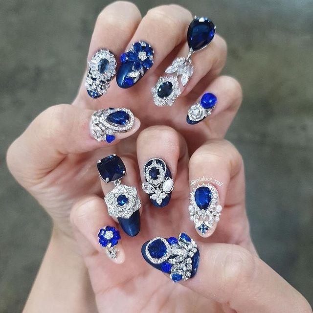 Manicura en azul rey ;14 Manicuras estilo rococo para llenar tus uñas con piedritas