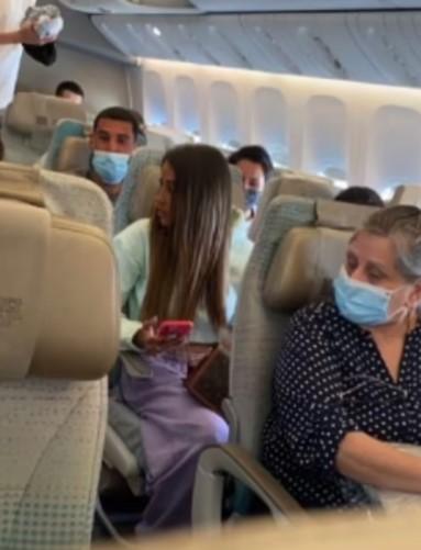 chica tomando fotos sobre un avión; Influencer presume vuelo en primera clase; su boleto era de clase económica