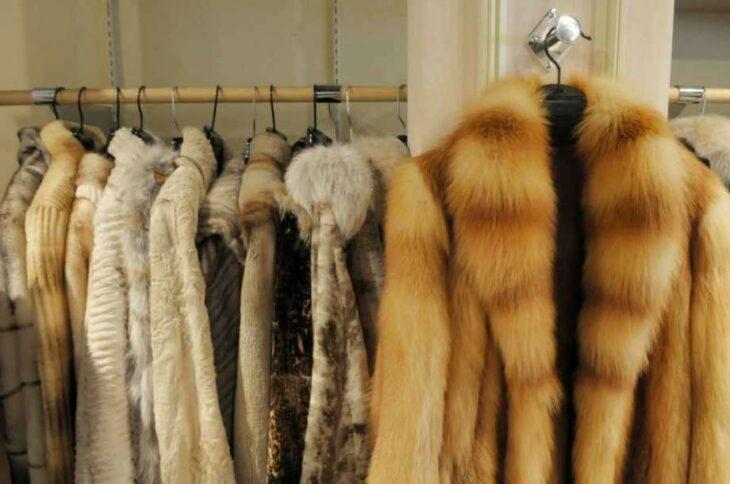 Abrigo con piel de animales; Israel se convierte en el primer país en prohibir la venta de pieles en la industria de la moda