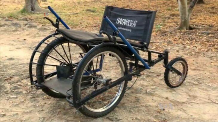 Silla de ruedas hecha con materiales reciclados para personas sin recursos en África