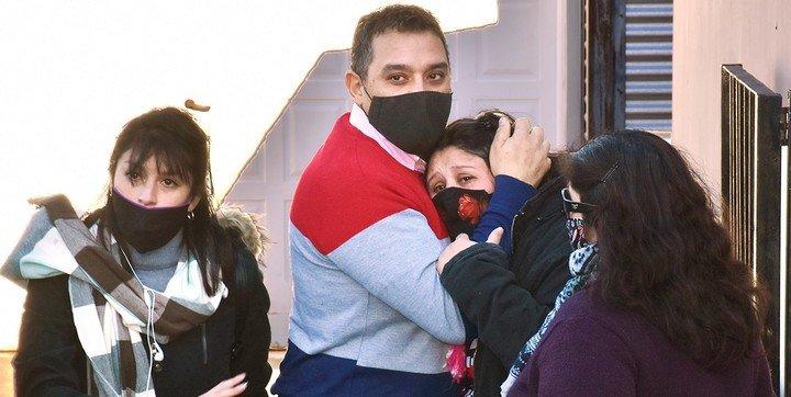 Familia abrazándose; Juez reconoce a perrita como 'hija no humana' de dos personas