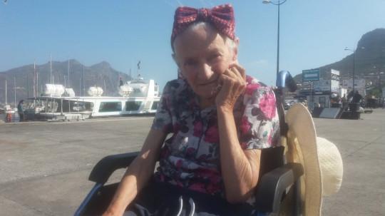 Mujer con alzheimer sentada disfrutando de la playa