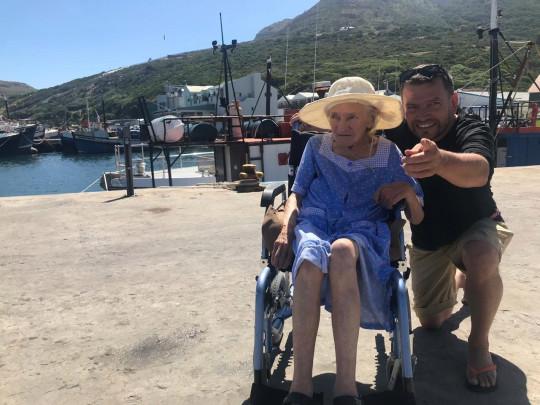 Sean O'sSallaigh posando junto a su madre con alzheimer mientras están en la playa