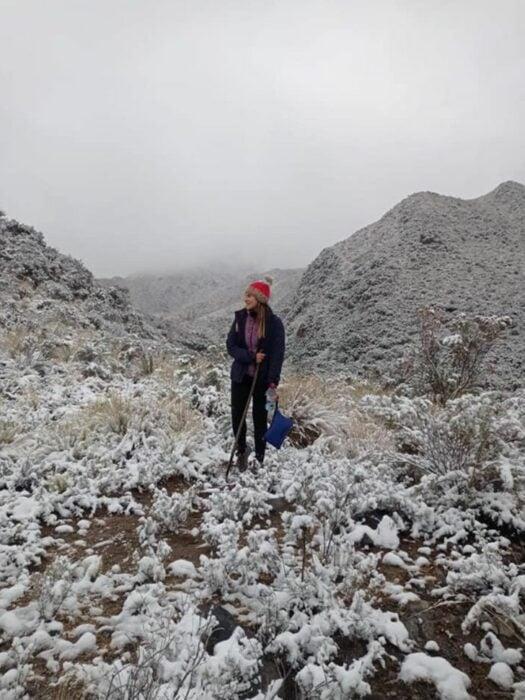 Chica paseando en un campo de nieve ;Maestra recorre 20 km en burro y atraviesa campos de nieve para dar clases