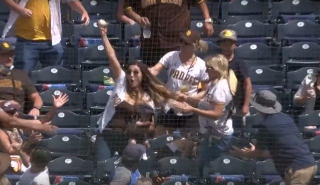 Mamá hace la mejor atrapada de beisbol con bebé en brazos y se vuelve viral