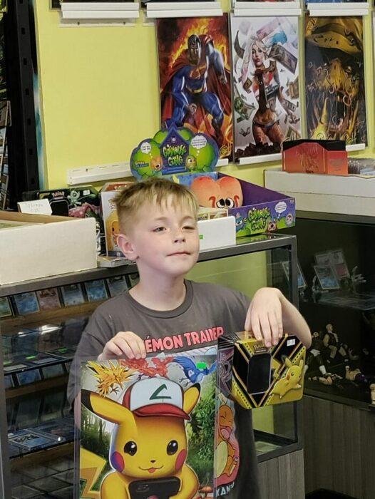 Niño sosteniendo sus juguetes de Pokémon