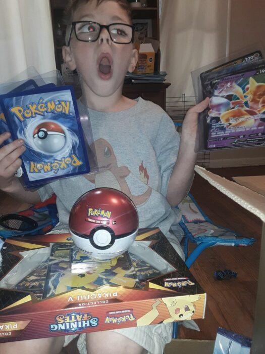 Niño abriendo sus regalos de Pokémon