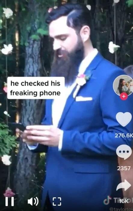Novio checando el celular en el altar el día de su boda