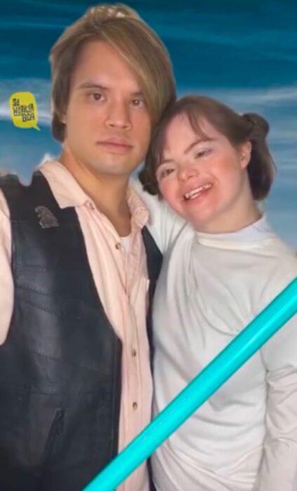 Pareja con síndrome de Down recreando la escena de Star Wars