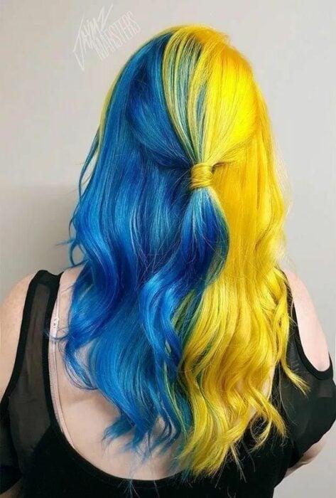 chica con tinte doble en amarillo y azul rey ;Peinados que puedes hacer con tu cabello colorido