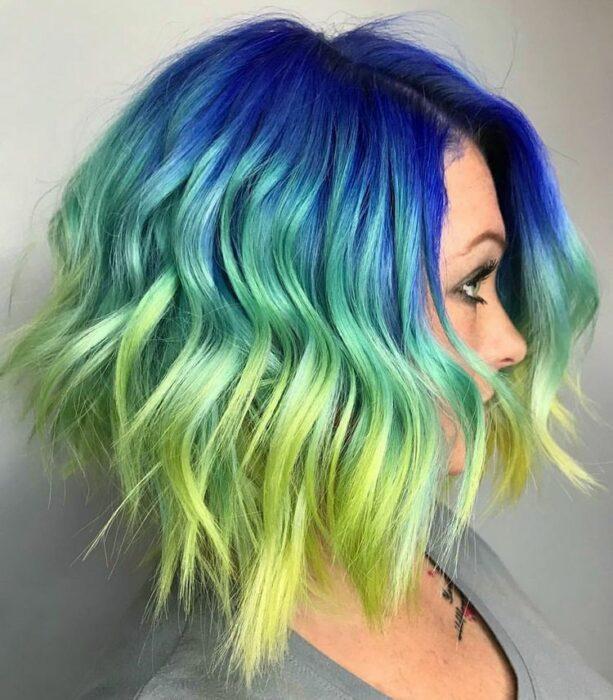 chica con tintes dobles en verde y azul ;Peinados que puedes hacer con tu cabello colorido