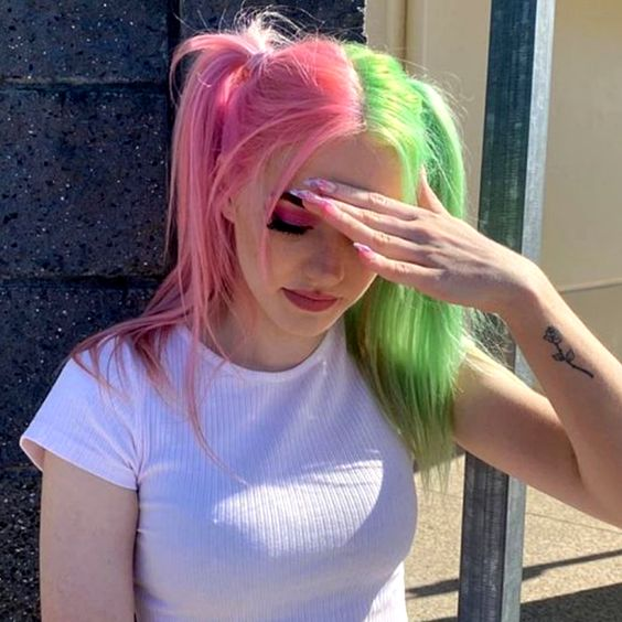 chica con tinte doble en rosa pastel y verde ;Peinados que puedes hacer con tu cabello colorido