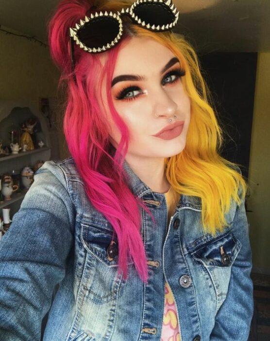 chica con tinte en rosa fucsia y amarillo canario ;Peinados que puedes hacer con tu cabello colorido