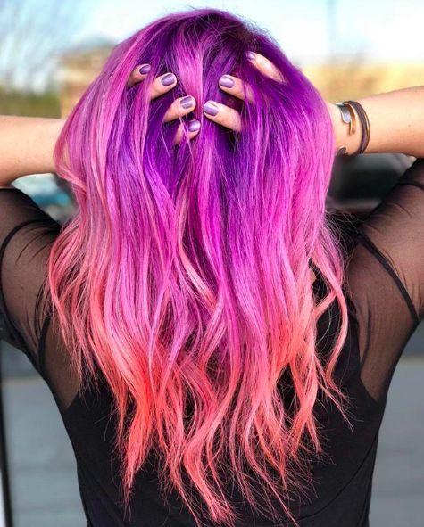 chica con tinte en tono morado y naranja ;Peinados que puedes hacer con tu cabello colorido