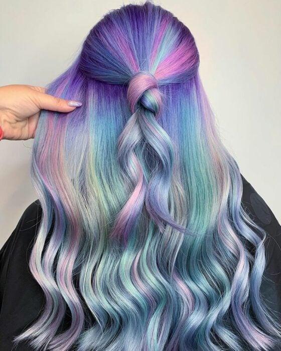 chica con tinte en tonos morados, rosa y azul ;Peinados que puedes hacer con tu cabello colorido
