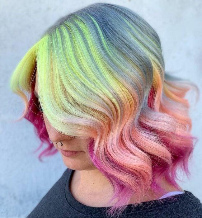 Chica con tinte en verde, roza, morado y gris ;Peinados que puedes hacer con tu cabello colorido