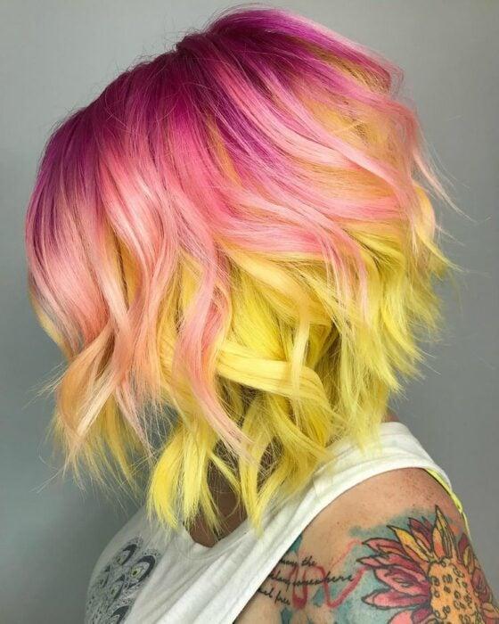 Chica con tinte doble en rosa y amarillo ;Peinados que puedes hacer con tu cabello colorido