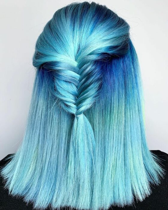chica con tinte doble en tonos azules ;Peinados que puedes hacer con tu cabello colorido