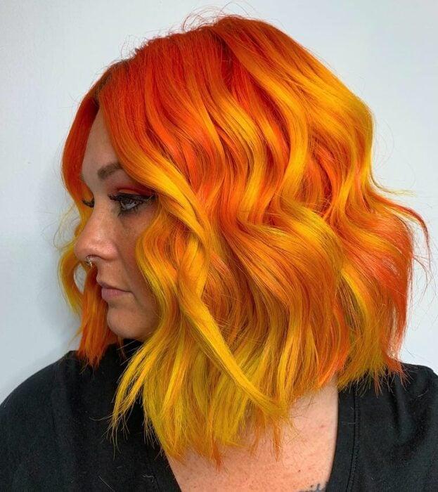 Chica con tinte en tono amarillo y naranja ;Peinados que puedes hacer con tu cabello colorido