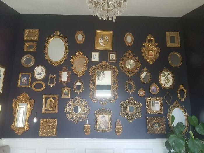 Pared de una habitación decorada con espejos vintage