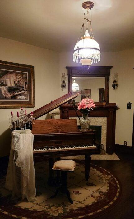 Piano de cola decorando una habitación