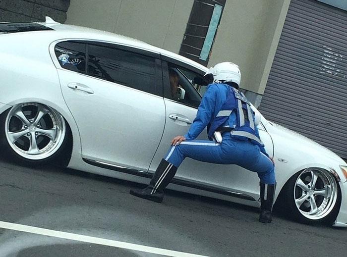 Persona haciendo una pose extraña mientras está parado en la calle