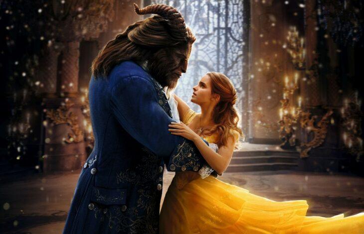 Bella y Bestia bailando en el salón del castillo