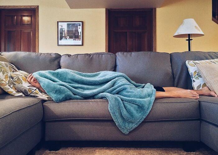Chico durmiendo en un sofá
