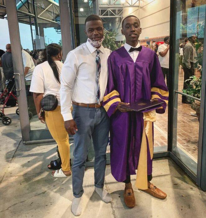 Profesor junto a su alumno; Profesor le presta sus zapatos a alumno para que suba al estrado a recibir su diploma