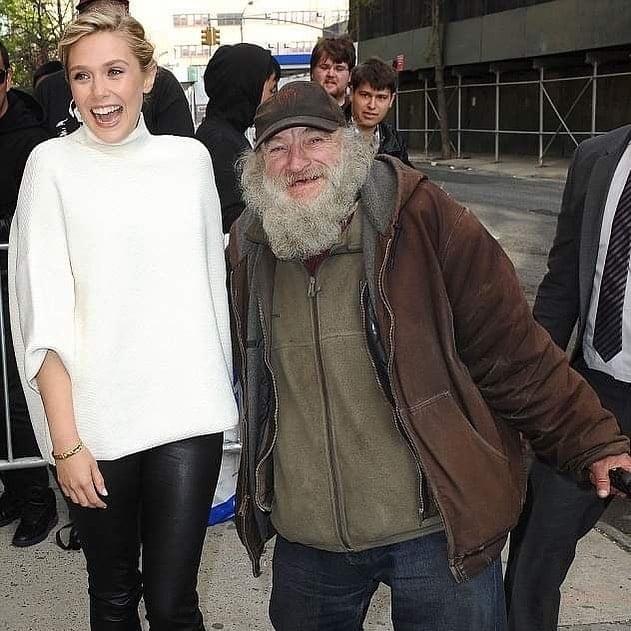 Radioman abrazando a Elizabeth Olsen