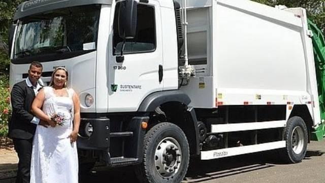 Pareja de novios frente a camión de basura; Recién casados toman sus fotos de boda en un camión de basura; él es recolector
