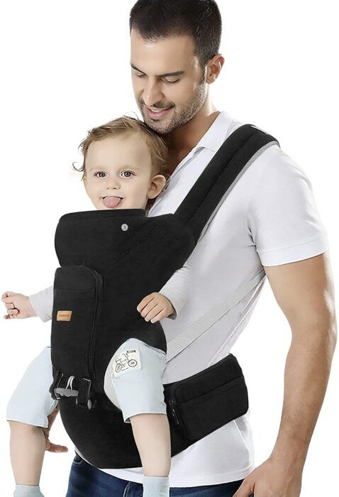 Papá cargando a su hijo con un canguro