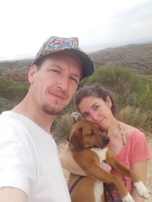 Perro junto a su nueva familia; Reportero visita refugio para perros y termina adoptando a un lomito