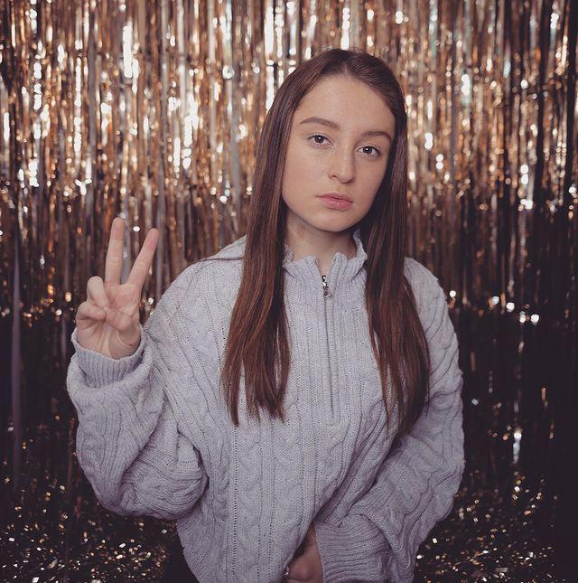 Chica frente a una cortina de luces doradas ;'Selfie House', el sitio en el que puedes tomarte unas fotos lindas en un dos por tres