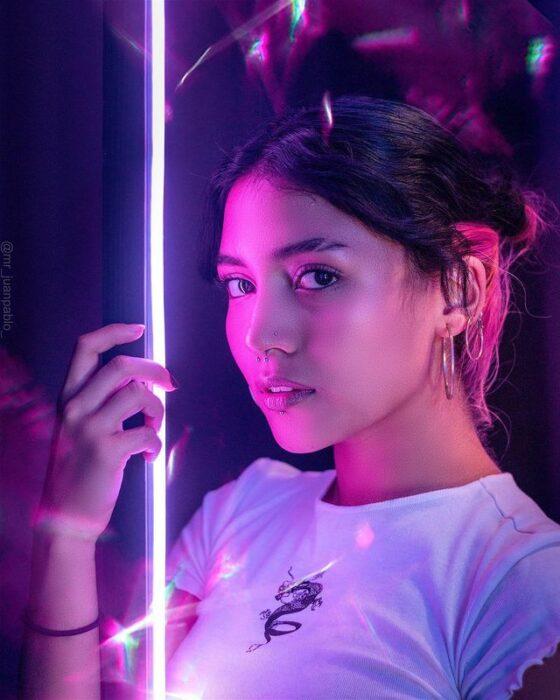 Chica frente a un aro de luz ;'Selfie House', el sitio en el que puedes tomarte unas fotos lindas en un dos por tres