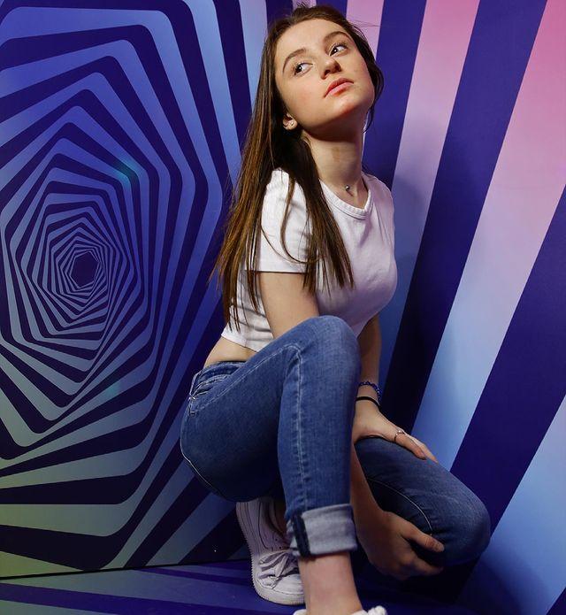 Chica dentro de un cuarto con espiral ;'Selfie House', el sitio en el que puedes tomarte unas fotos lindas en un dos por tres