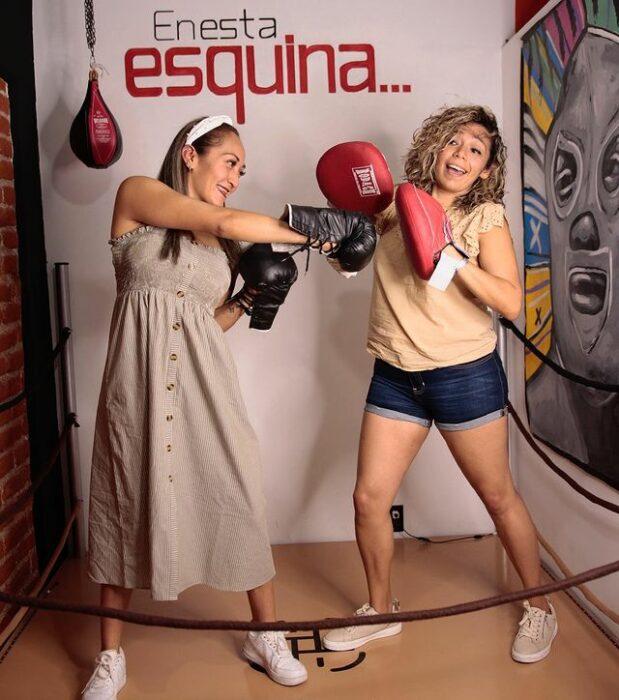 Chicas simulando que boxean ;'Selfie House', el sitio en el que puedes tomarte unas fotos lindas en un dos por tres