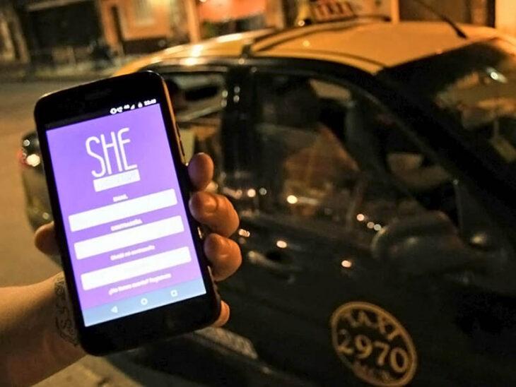 Chica sosteniendo un teléfono celular ;She Taxi, la app en la que choferes mujeres te llevan a tu destino
