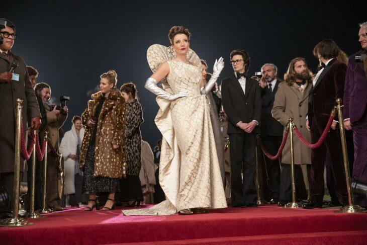 Baronesa de Cruella usando un vestido de color perla