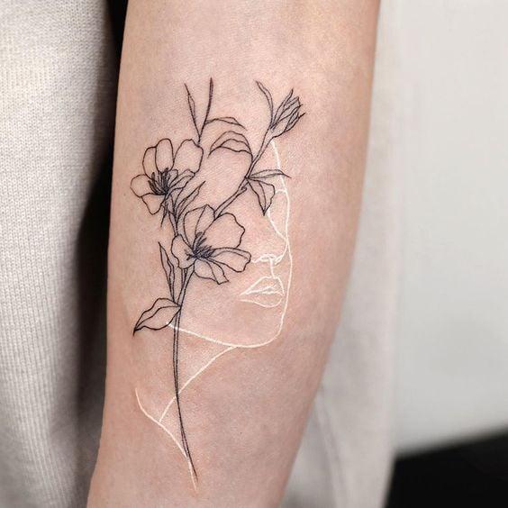 Tatuaje de media flor con medio rostro ;18 Tatuajes botánicos para hacer de tu piel un jardín secreto